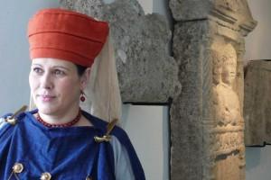 Norische Tracht, Präsentation vor Grabstein im Museum Enns Lauriacum © Eva Kuttner