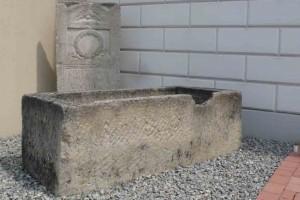 Sarkophag und Stele des Caius Iulius Rufus am Eingang in das Museum, Kulturhaus Petronell © Eva Kuttner