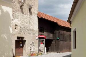 Eingang zum Stadtmuseum am Florianiplatz in Traismauer, mittelalterlicher Zubau mit Konsolen eines Erkers © Museen am Donaulimes in Österreich, Foto: Peter Rauchecker