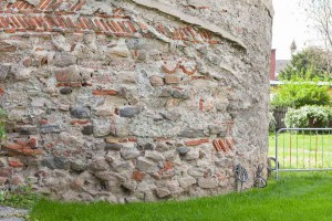 Hier am Fuße des Turms ist der Putz abgeblättert. Frost und Schlagregen gefährden die Bausubstanz. © Museen am Donaulimes in Österreich, Foto: Peter Rauchecker