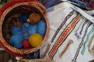 Mit Pflanzenfarben gefärbte Wolle. Kleidung schmückten Bänder © Eva Kuttner