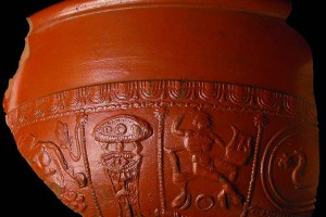 Terra sigillata: Apollo spielt auf der Kithara. Hinter ihm stehen übereinander ein Kandelaber und ein Beistelltisch © Stadtarchäologie Wien